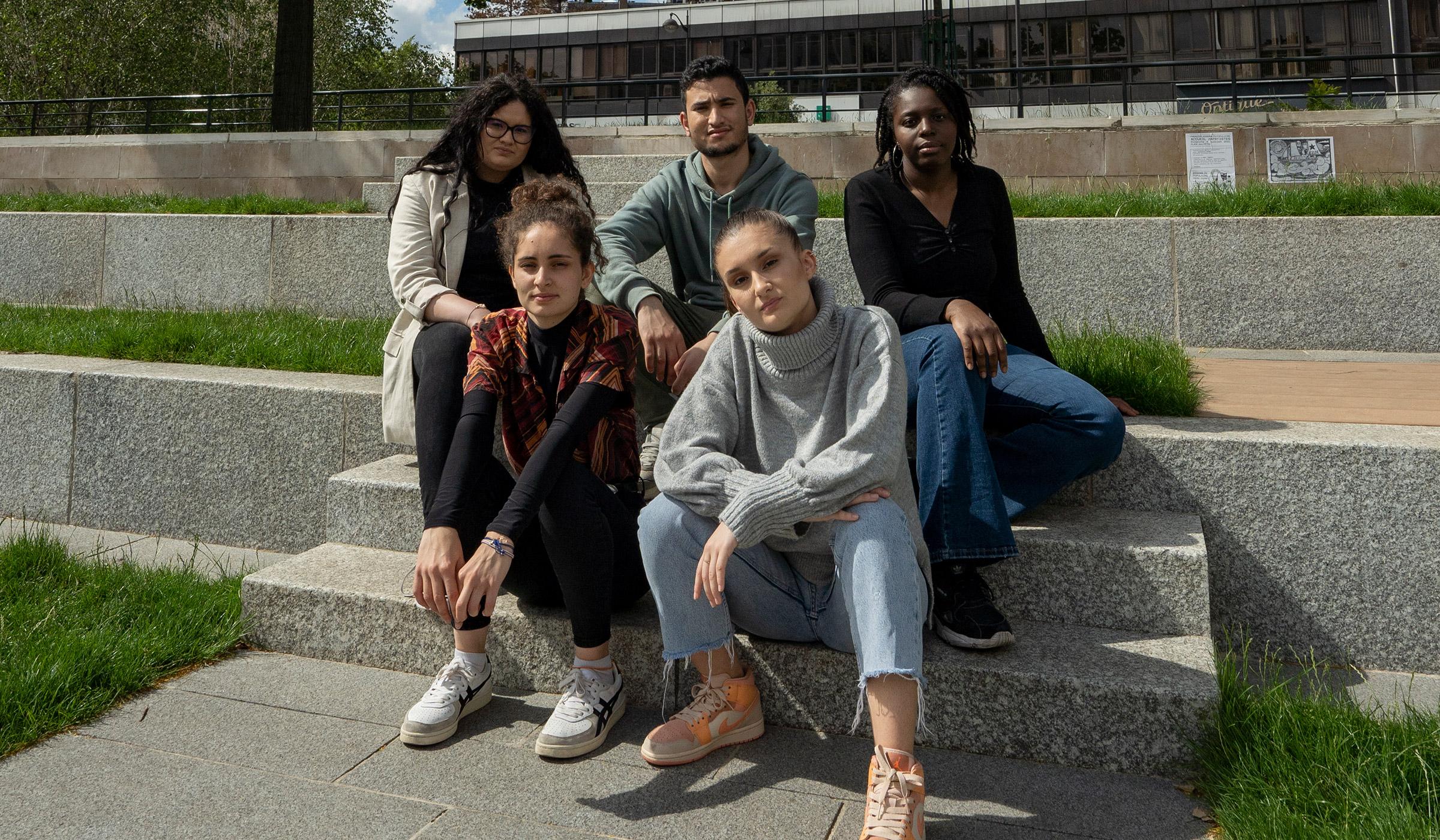 jeunes de l'E2C Paris sur des marches